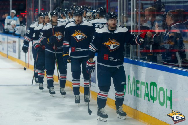 Разрешили ходить на хоккей!