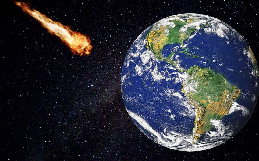На землю несётся огромный астероид