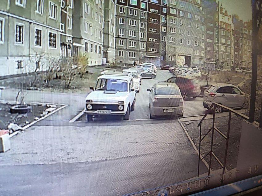 Стукнул припаркованный автомобиль и уехал