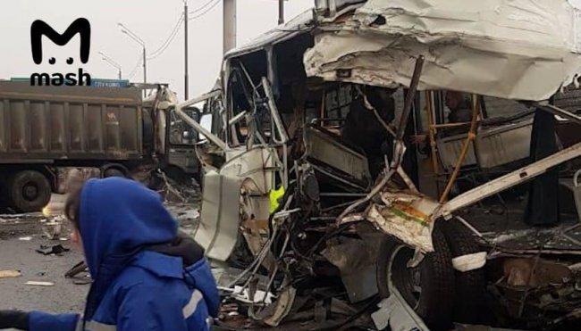 Грузовик въехал в колонну военных автобусов в Москве