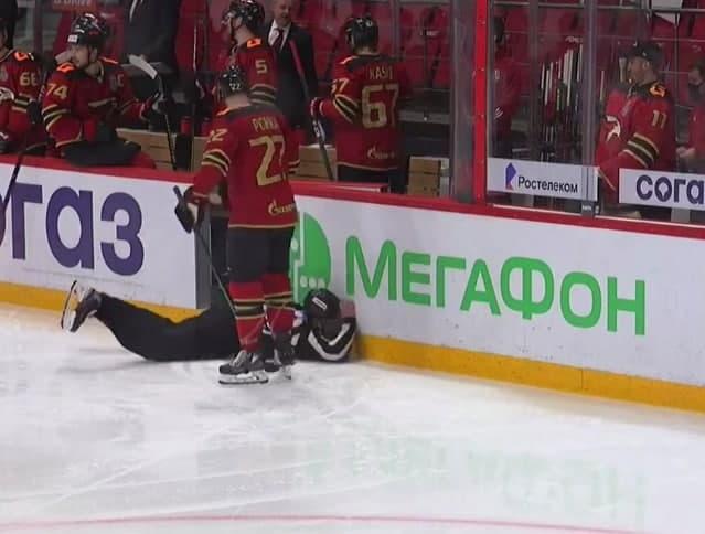 Судья потерял сознание во время хоккейного матча