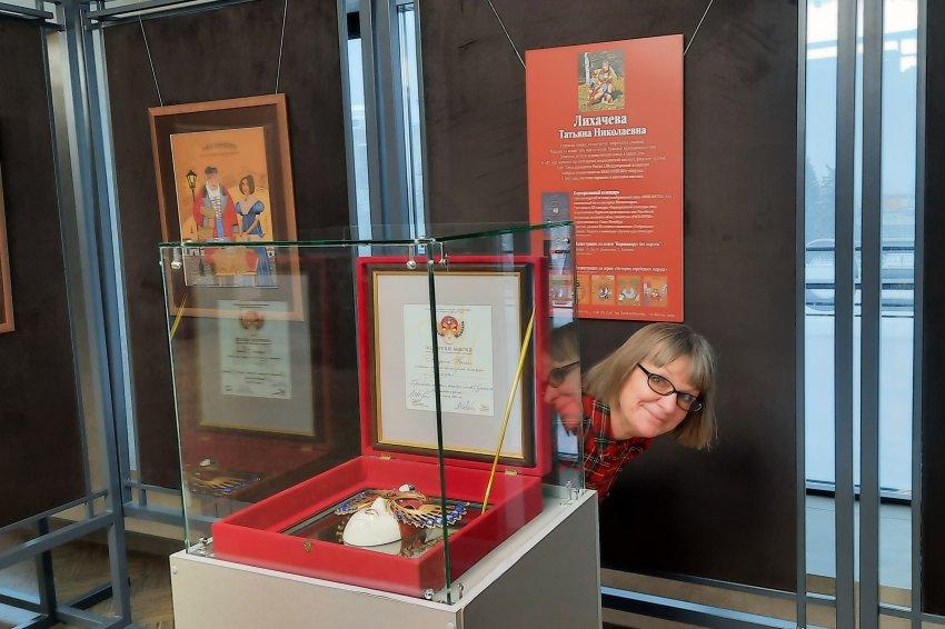 В фойе драматического театра открылась уникальная выставка