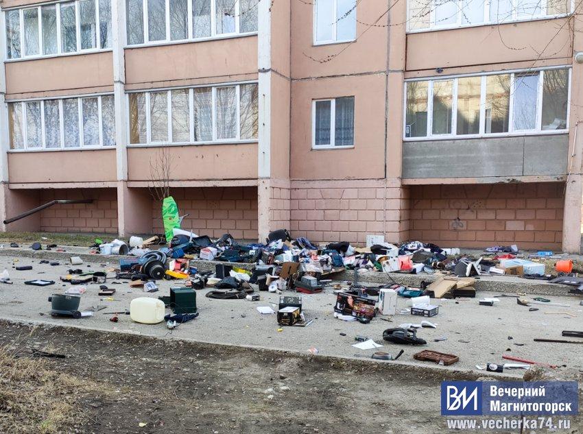 Магнитогорец выбросил вещи из своей квартиры