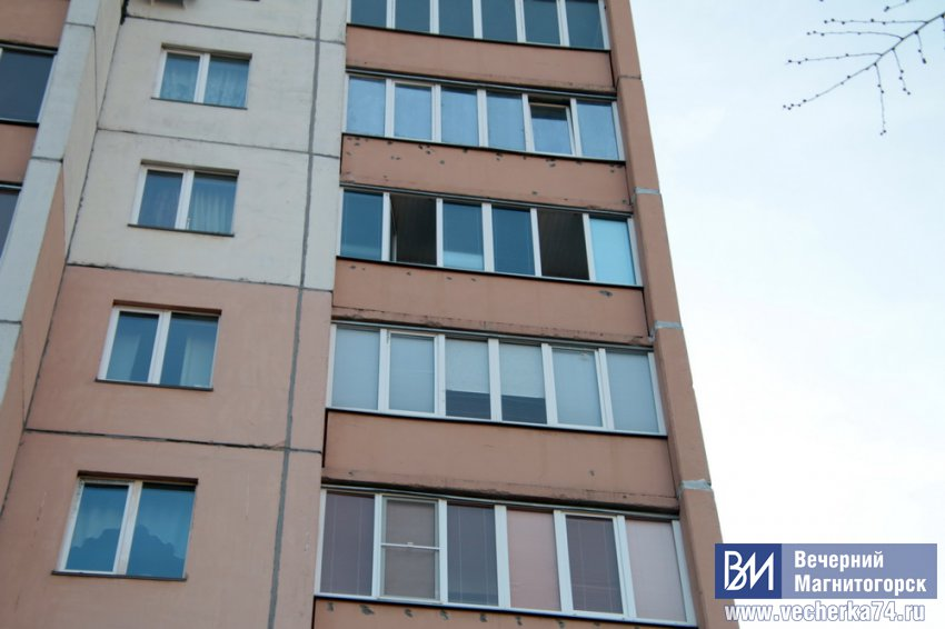 Мужчина угрожал суицидом и выбрасывал вещи с седьмого этажа