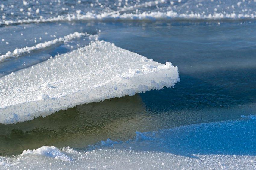 Три ребёнка уплыли на льдине