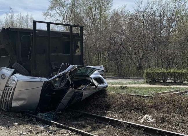 Железнодорожный состав раздавил легковой автомобиль