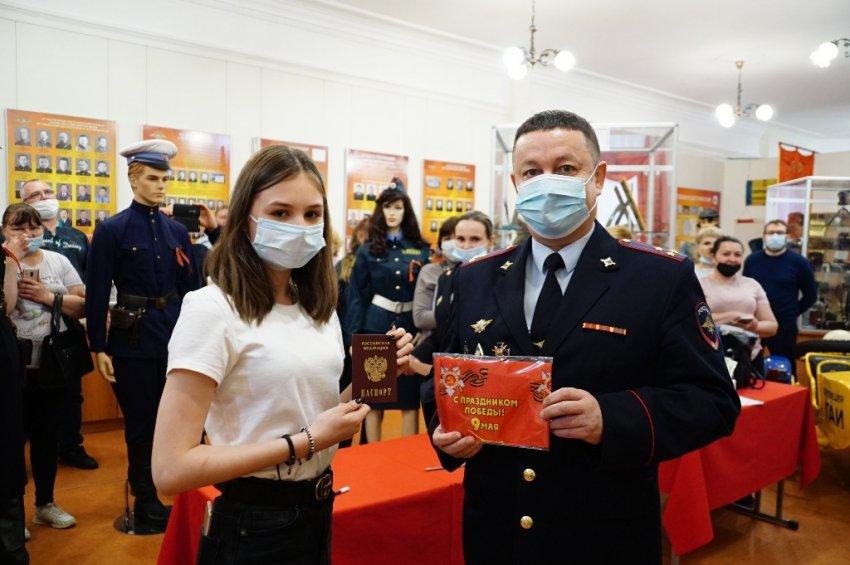 Школьникам выдали паспорт и показали, как он выглядел в СССР