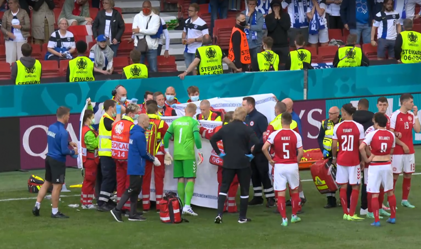 Футболист сборной Дании потерял сознание во время игры