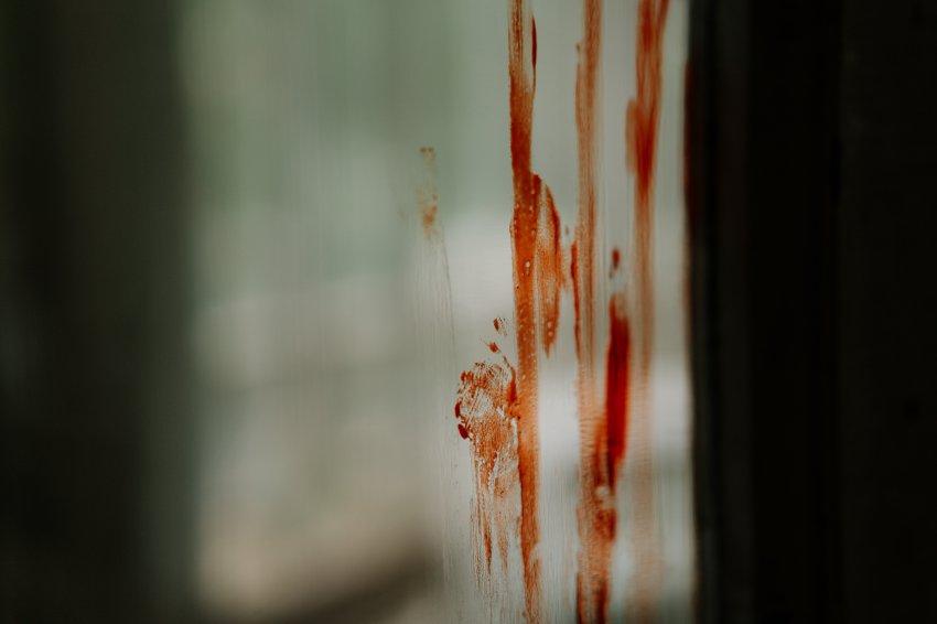 Вытолкнул из квартиры и бил головой об бетонный пол