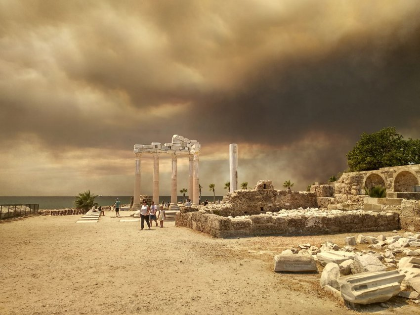 В Турции лесные пожары подобрались к отелям