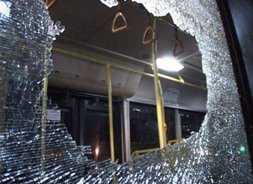В Магнитогорске разбили окно трамвая